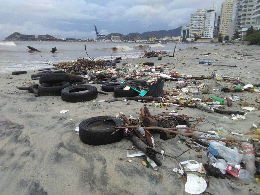 Durante las jornadas de limpieza que se han realizado en Colombia se han sacado toneladas de llantas y plásticos. Foto: Comisión Colombiana del Océano (CCO).