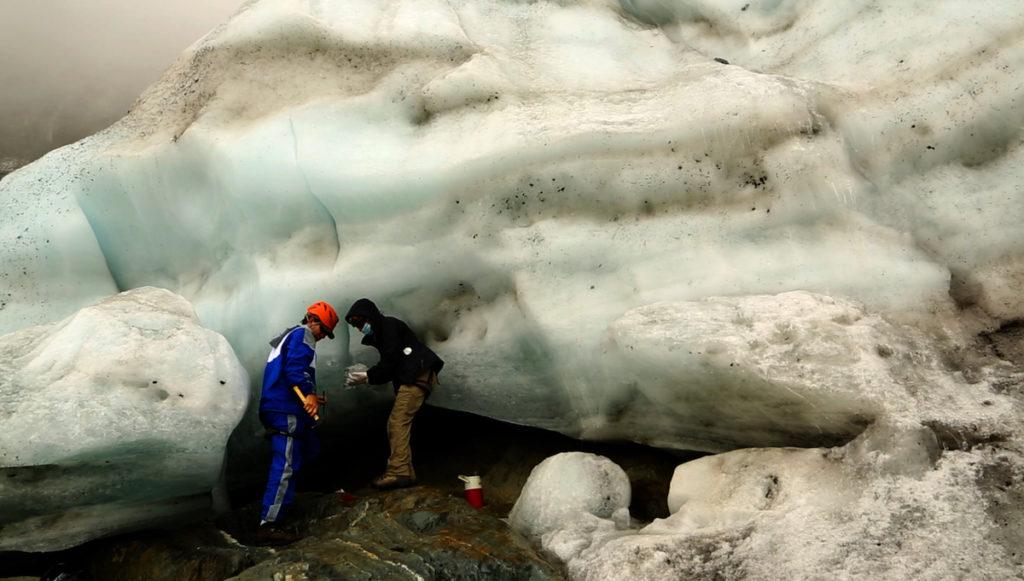 Melfo y Yárzabal en el penúltimo glaciar de Venezuela, hoy desaparecido, realizando tomas de muestras bacteriológicas en el hielo. Año 2013. Foto: Fundación Ymago