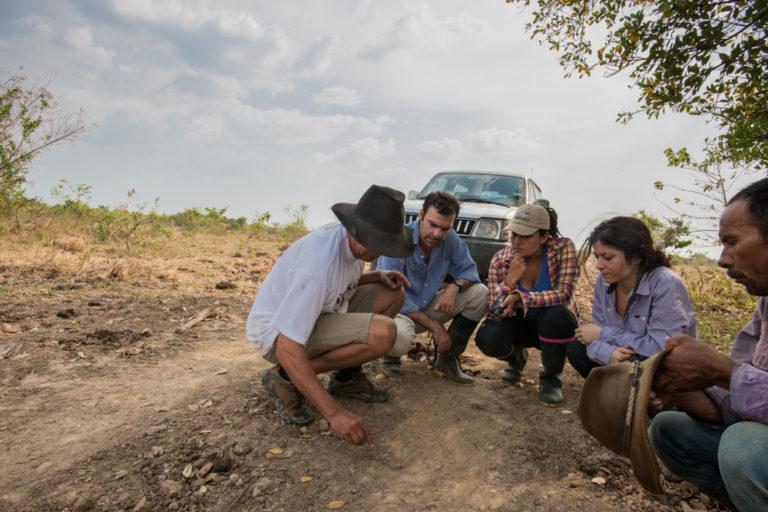 El Corredor Jaguar es una propuesta la conservación de esta especie. En la foto Esteban Payan, Jenny Gallo, Valeria Borón, Jorge Barragán y un guía que los acompaña. Foto: Beth Wald.