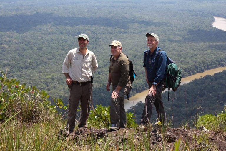 FOTO Esteban con sus maestros Alan Rabinowitz y Howard Quigley, en Chiribiquete, Colombia. Foto: Santiago Wills.