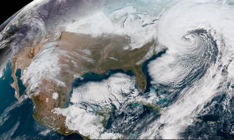 Una imagen geográfica a color del satélite NOAA GOES-16 de una tormenta fuerte en la costa este de Estados Unidos el 4 de enero de 2018. Esta imagen es cortesía de NOAA.
