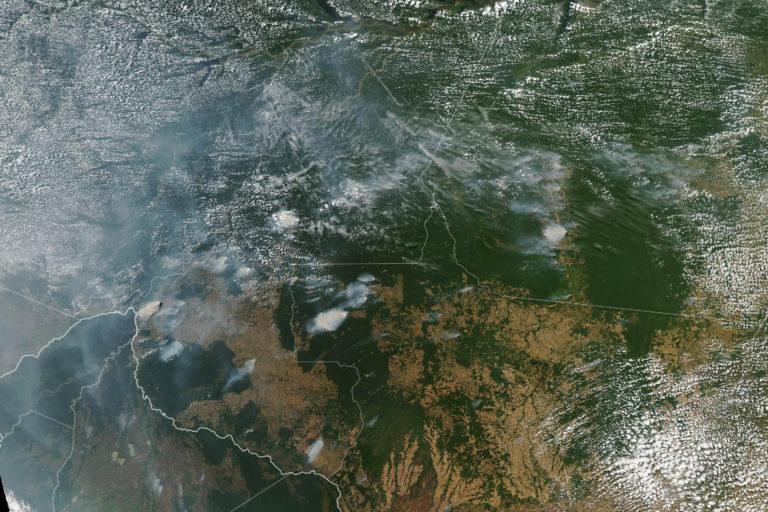 Así luce la Amazonía desde el espacio. La contaminación cubre el cielo. Foto: NASA Earth Observatory images by Lauren Dauphin