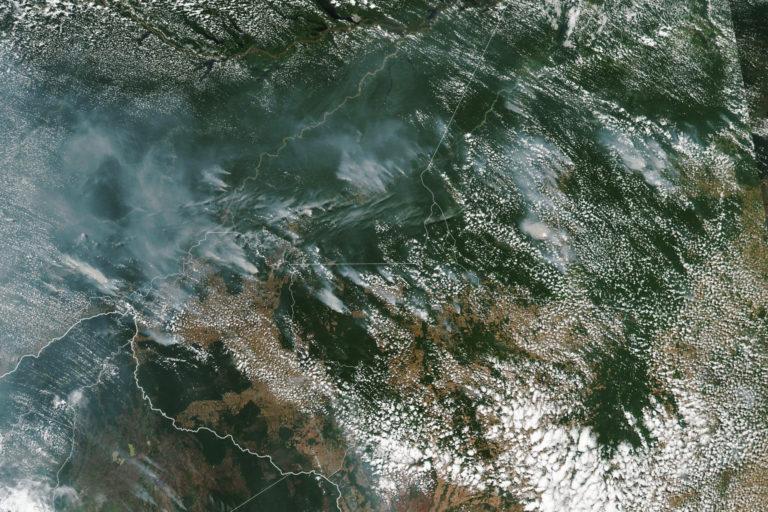 Los vientos han llevado las cenizas a ciudades brasileñas alejadas de la Amazonía. Foto: NASA Earth Observatory