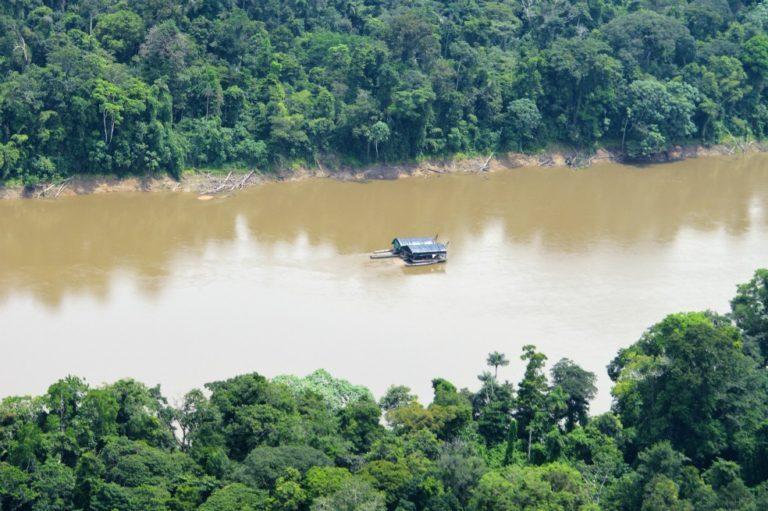 Minería ilegal en el río Caquetá. Foto: Rodrigo Botero – FCDS.