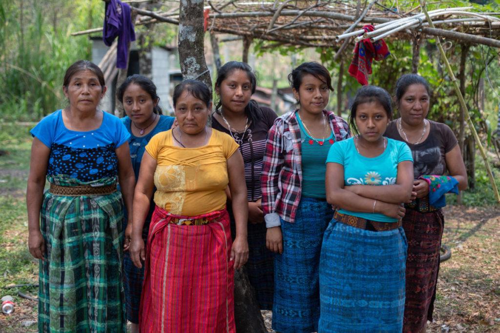 Mujeres de Yulchen Frontera, integrantes de la Resistencia Pacífica Ixquisis en contra del proyecto hidroeléctrico San Mateo en Guatemala. Foto: Global Witness.