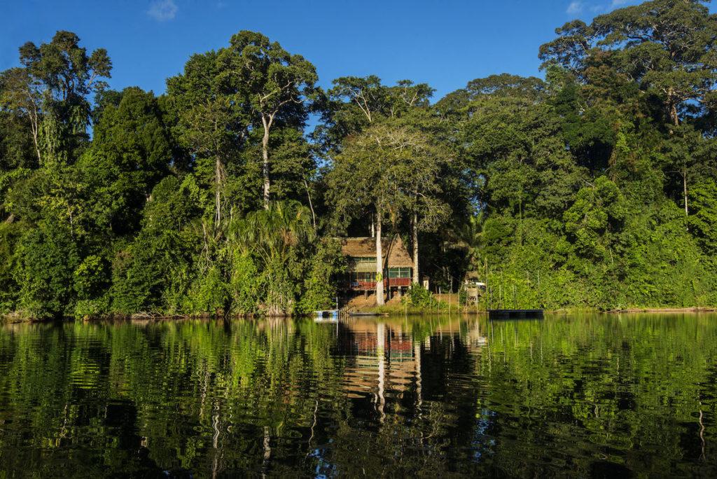 Vista de la Estación Biológica Cocha Cashu tomada desde el lago. Foto: ©Gabriel Herrera.