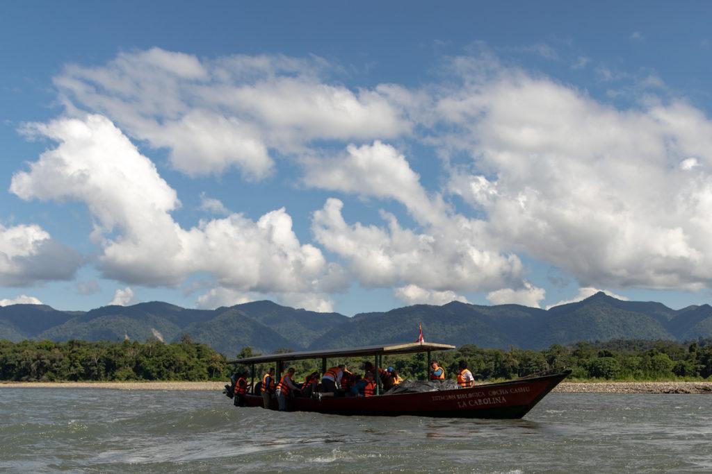 Tripulantes de la embarcación que surca el río Alto Madre de Dios tratan de liberar la nave de un banco de arena. Foto: ©Jonathan Myers.