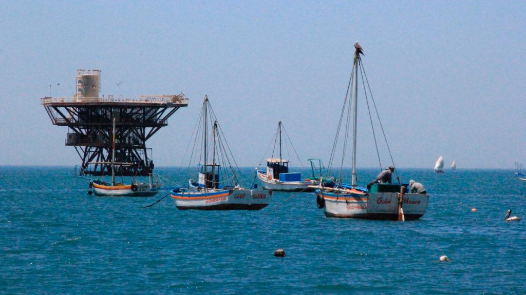 En las primeras millas del mar de Cabo Blanco se han construido 25 plataformas que ahora son operadas por la empresa Savia Perú. Están ubicadas dentro del lote Z-2B.Foto: Vanessa Romo