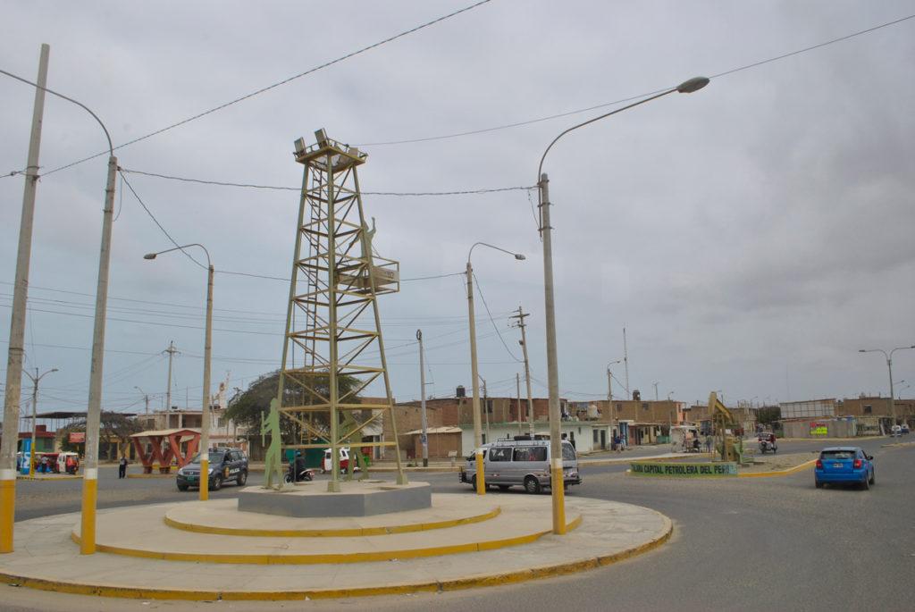 Monumento petrolero en la entrada de Talara. Foto: Karen de la Torre