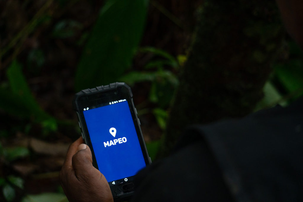 El territorio de los cofán es extenso y con la ayuda de la aplicación de mapeo registran ubicaciones de todo lo que les parece importante: un árbol de yoko, una mata para hacer yagé o un vestigio de minería ilegal. Foto: Diego Ayala León.