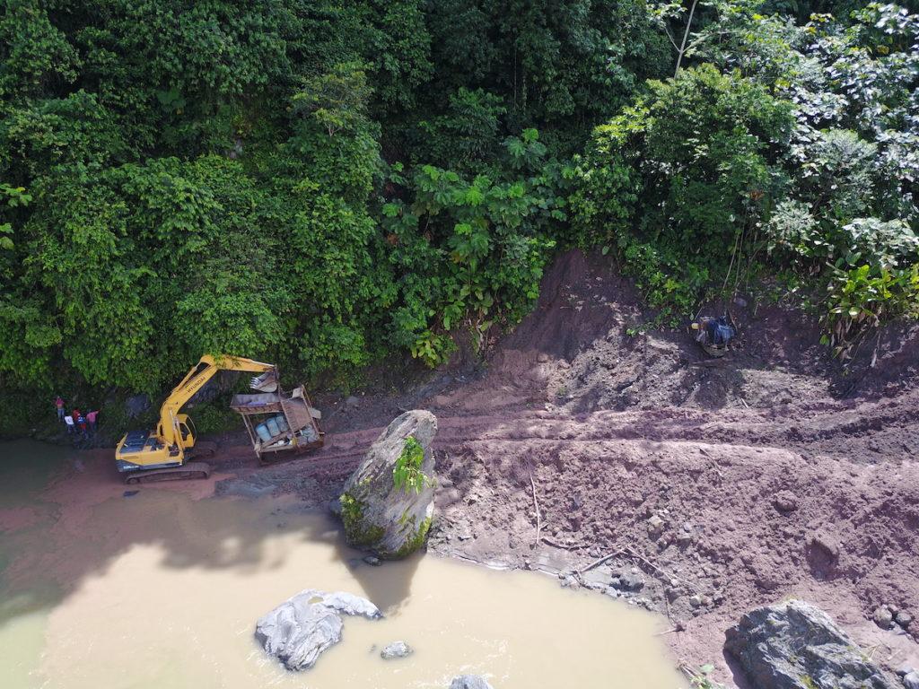 Los efectos de la minería en las orillas del río son evidentes. Foto: Amazon Frontlines.