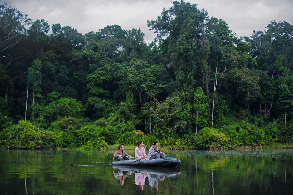 En cada bote viajan tres científicos. De izquierda a derecha se puede observar a Adi Barocas, Romina Najarro y Sara Landeo. Foto: ©Gabriel Herrera.