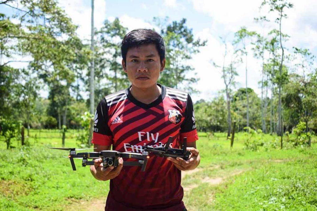 John Piaguaje trabaja como monitor seis días al mes, empezó hace dos años y hasta ahora no ha chocado ningún dron. Fotografía de José María León para Mongabay Latam.