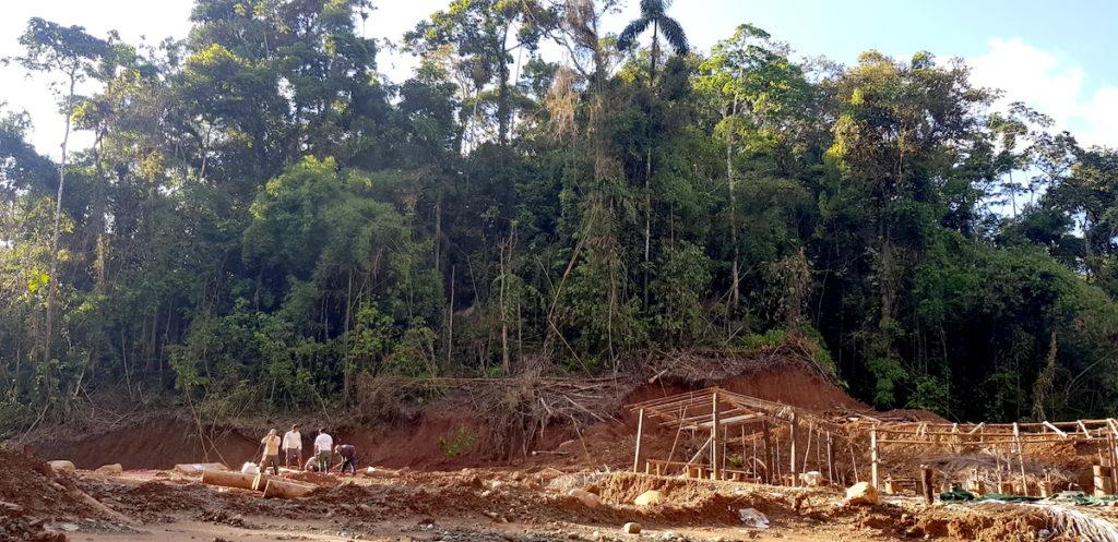 Construcciones precarias introducidas por mineros ilegales en los linderos de la reserva Amarakaeri. Foto: Luis Tayori.