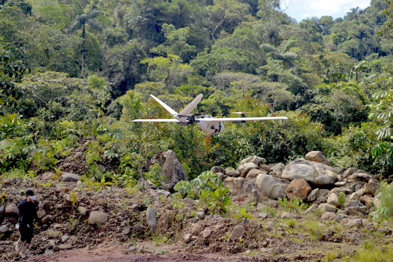 Prueba del dron Nimbus 1800 que se entregará para las acciones de vigilancia y control. Foto: Lucas Dourojeanni.