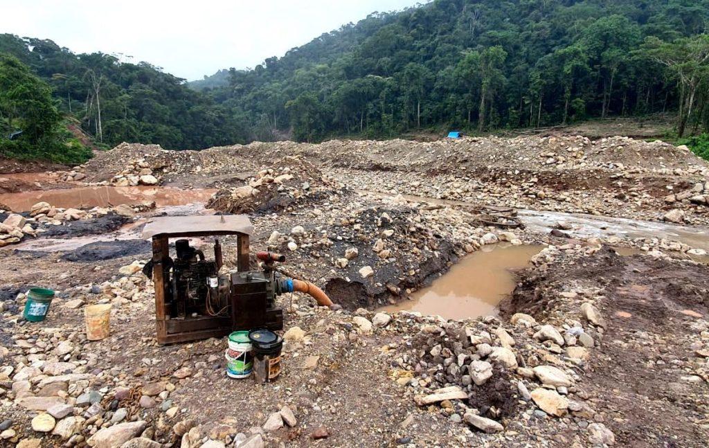 Maquinaria de mineros ilegales en el sector de Santa Isidora, zona de amortiguamiento de Amarakaeri. Foto: FEMA Madre de Dios.
