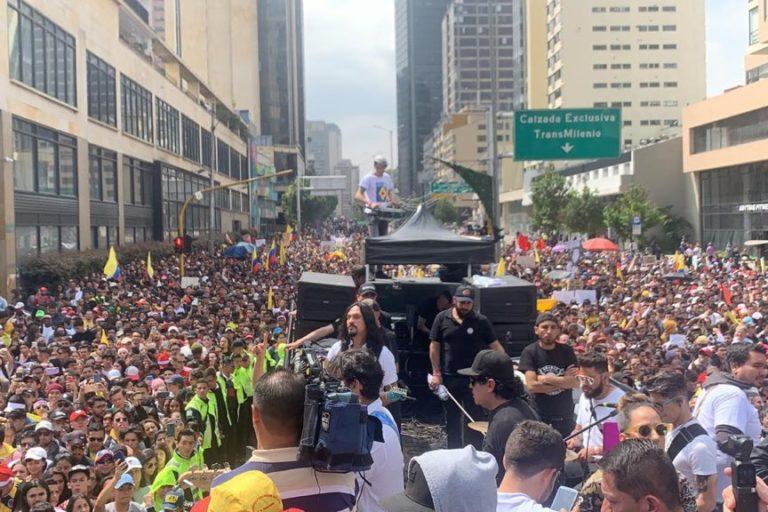 Varios artistas colombianos convocaron a conciertos gratuitos este 8 de diciembre. Un evento del Paro Nacional donde miles de personas en Bogotá salieron a manifestar. Foto: Twitter Santiago Cruz @SantiCruz