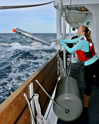 La científica del Servicio de Pesquerías de NOAA, Jessica Crance, lanza una sonoboya para hacer un seguimiento acústico de las llamadas de la ballena franca del Pacífico Norte. Imagen: NOAA.