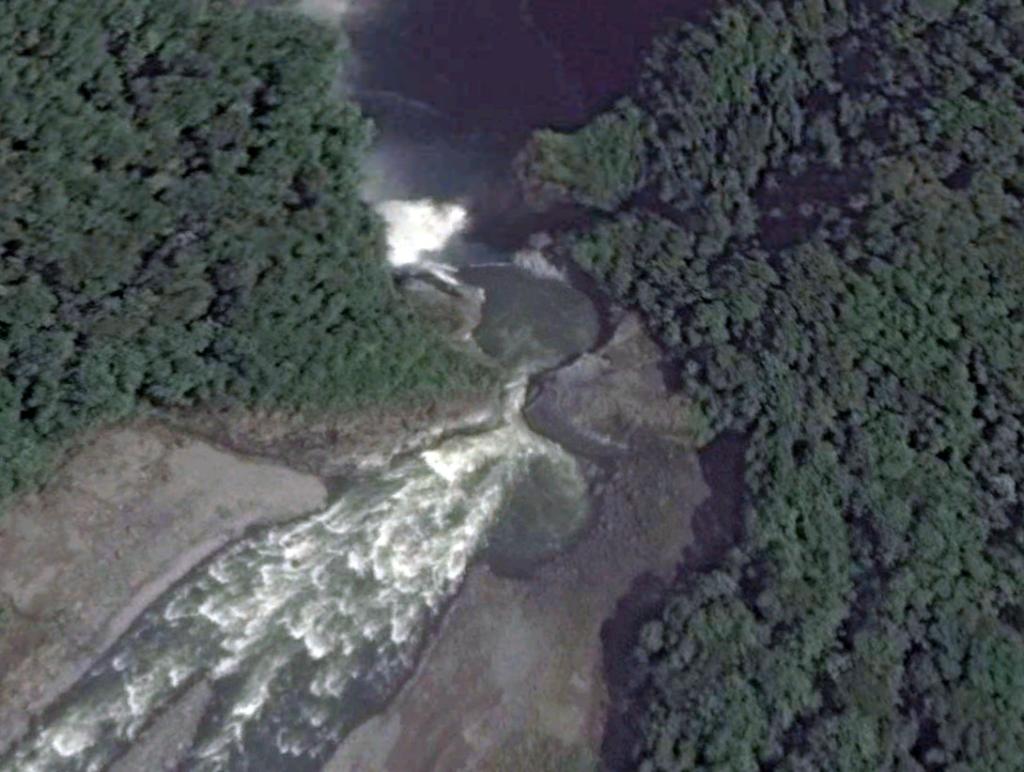 Vista de la cascada San Rafael desde Google Earth (diciembre 2013). De acuerdo con el geólogo Alfredo Carrasco, los pozos que se aprecian se formaron por los procesos de erosión que años después generaron el colapso de la cascada. Foto: Google Earth.
