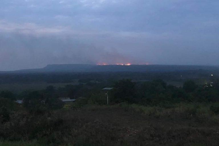 El incendio en la sierra de La Macarena inició el sábado 22 de febrero a las 14:00. Foto: Ministerio de Ambiente.