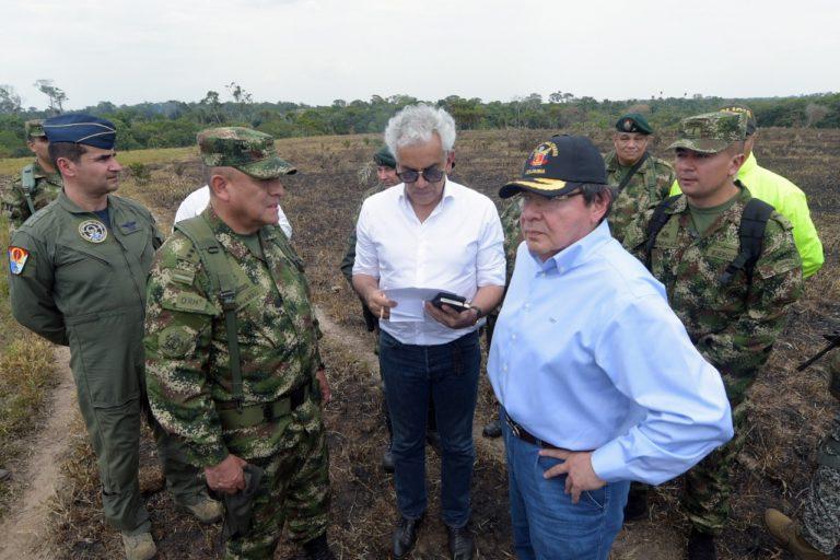 El Ministro de Ambiente, Ricardo Lozano, el ministro de Defensa, Carlos Holmes Trujillo y la cúpula militar evalúan los daños de los incendios. Foto: Ministerio de Ambiente.
