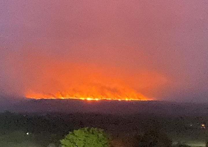 Las llamas en la Sierra de La Macarena se controlaron hacia las 4:00 del domingo 23 de febrero. Foto: Twitter.