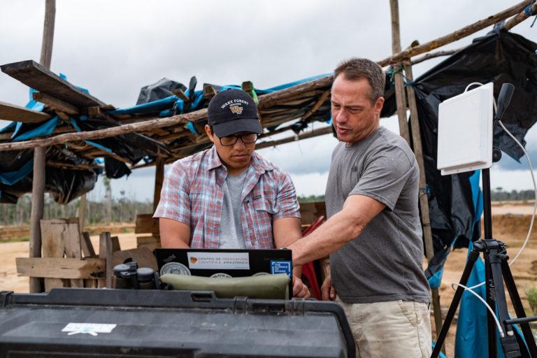 Jorge Caballero, experto en GIS y drones, y Miles Silman, profesor de la universidad de Wake Forest, observan las imágenes registradas por el dron. Foto: Jason Houston / CINCIA WFU.