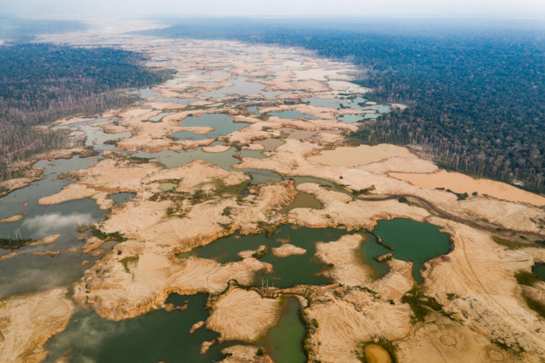 Imagen del dron que muestra el impacto de la deforestación y la gran cantidad de pozas de minería ilegal. Foto: Jason Houston / CINCIA WFU.