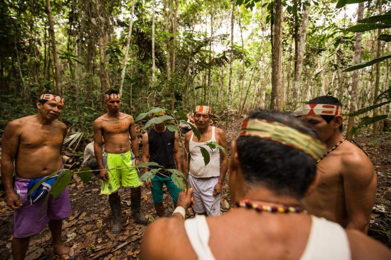 Para elaborar los mapas se realizaron expediciones a cabeceras de cuencas y lugares históricos y de importancia ecológica. Foto: Tui Anandi y Mike van Kruchten / Xapiri.