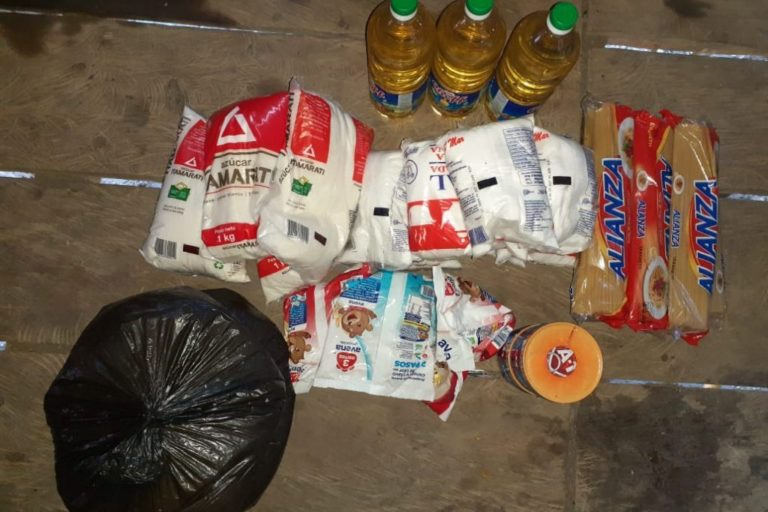 Alimentos de la canasta básica que entregó el municipio de Trompeteros. Foto: Comunidad de Pucacuro.