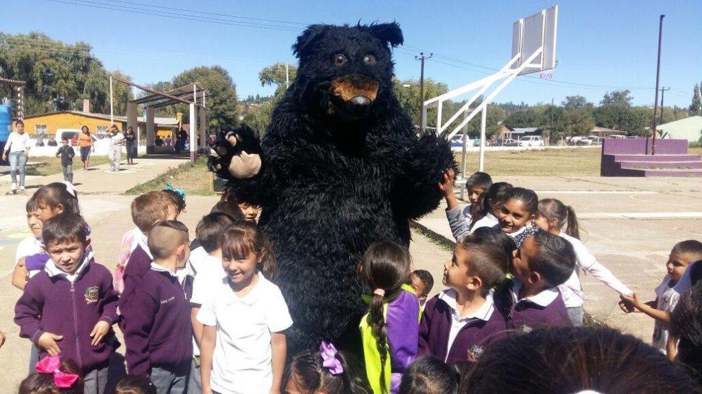 Para enseñar a los niños algunos datos del oso negro, y otras especies de Campo Verde, se realizan diversas actividades en las escuelas. Foto: APFF Campo Verde/CONANP