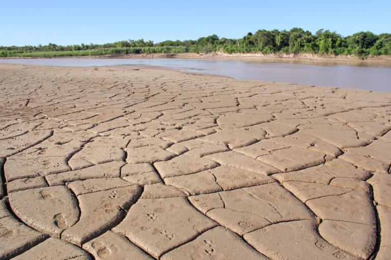 La tierra reseca en las orillas de un río muestra los efectos de la escasez de lluvias. Foto: Hernán Pérez Aguirre/Greenpeace.