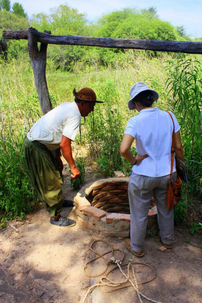 Un campesino enseña la falta de imposibilidad de extraer agua del pequeño aljibe que posee en su finca, un hecho habitual cuando la temporada seca se prolonga más de lo habitual. Foto: Ricardo Tiddi.