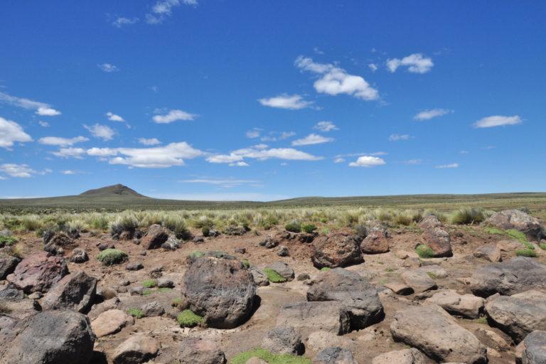 La meseta de Somuncura tiene unos 800 metros de altura. Está formada por rocas volcánicas y no tiene árboles. Foto: Melina Velasco