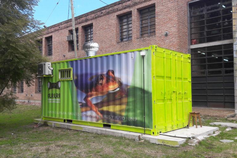 El contenedor donde hoy funciona el Centro de Rescate de Anfibios, en los jardines de la Universidad Nacional de La Plata. Foto: Melina Velasco