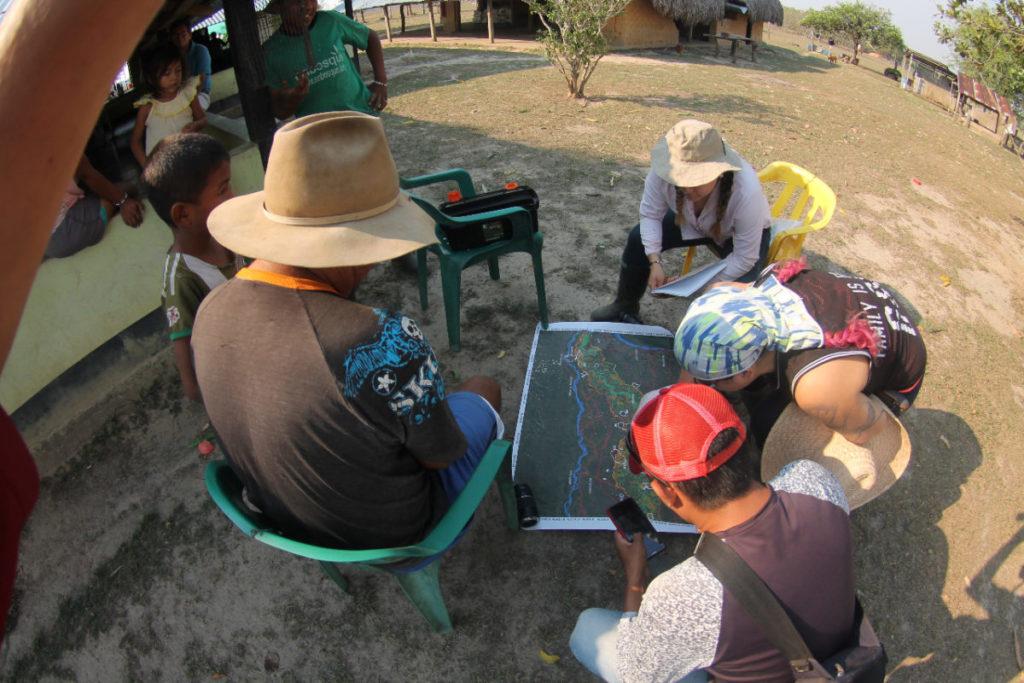Investigadores reunidos analizando el territorio de la Orinoquía. Foto: Arturo Cortés.