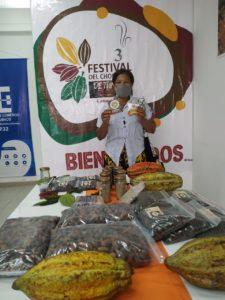Sofia Angulo mostrando algunos de sus productos.
